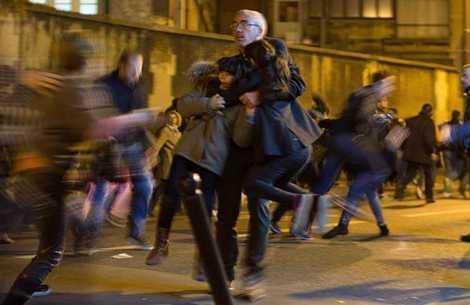 Người đàn ông ôm chặt hai đứa trẻ khi xảy ra hoảng loạn trong lễ tưởng niệm các nạn nhân vụ khủng bốở Paris