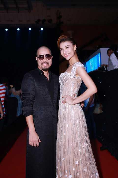 Là một NTK nổi tiếng có cá tính và phong cách tại Hà Nội, mỗi lần xuất hiện Đức Hùng đều mang đến những bất ngờ cho công chúng với phong cách thời trang không thể trộn lẫn của mình.