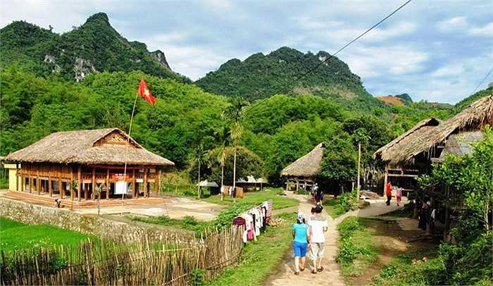 Địa điểm đến gần hơn được các công ty lữ hành chọn khai thác dịp tết dương là Mai Châu, Thung Nai (Hòa Bình). Giá các tour Hà Nội đến hai địa điểm này dao động từ 600.000 - 800.000 đồng/người (lịch trình 2 ngày 1 đêm).