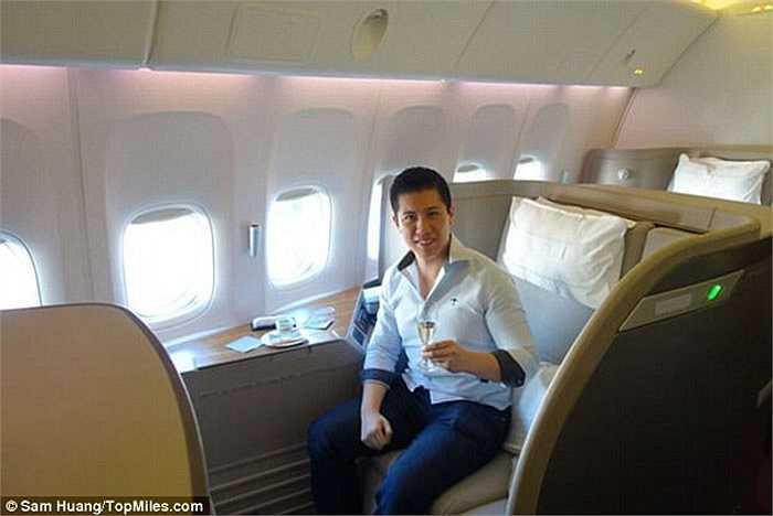 Sam Huang (27 tuổi) chỉ mất 130 USD (tương đương hơn 3 triệu đồng) cho chuyến bay 15 tiếng từ Chicago đến Hong Kong. Du khách này mất ít tiền như vậy là nhờ anh sở hữu tấm thẻ tín dụng tích lũy số dặm bay.