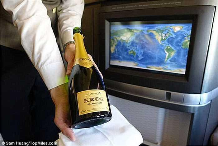 Thay vì phải mất hàng nghìn USD, Sam chỉ cần trả hơn 3 triệu đồng cho chuyến bay khoang hạng nhất từ Chicago (Mỹ) đến Hong Kong.