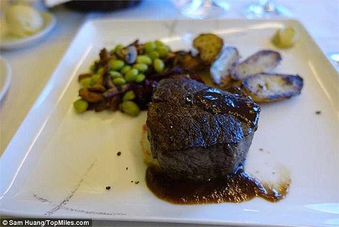Sam Huang cho biết, món thịt bò bít tết là món ăn ngon nhất mà anh đã từng thưởng thức trên máy bay.