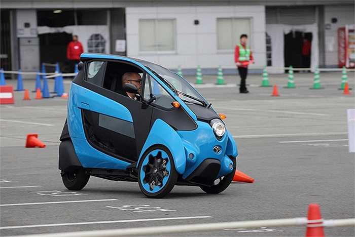 Chiếc xe nhỏ này có một chút khó khăn khi di chuyển và ôm cua do bánh sau có cảm giác trượt ở tốc độ cao trên đường thử. Bên cạnh đó, hai bánh trước sẽ nghiêng sang hai bên, hỗ trợ cho xe khi ôm cua.