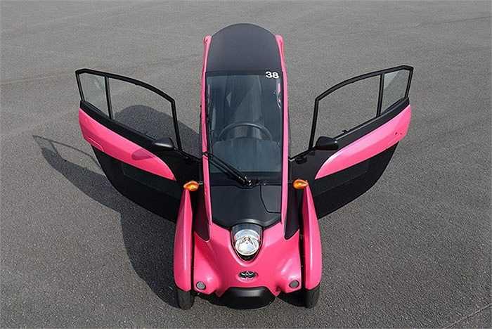 Toyota i-Road có chiều dài 2344 mm, chiều rộng 871 mm và chiều cao 1455 mm. Với kích thước nhỏ như vậy, chiếc xe chạy điện 3 bánh này chỉ rộng hơn một chiếc xe máy scooter một chút và hẹp hơn so với một chiếc môtô thể thao cỡ lớn.