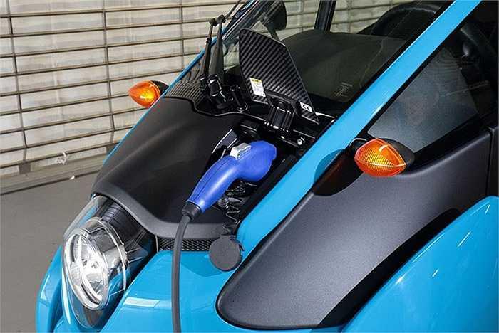 Chiếc xe ba bánh này vận hành bằng hai mô-tơ điện 2kW gắn trên hai bánh trước. Với một bộ pin đầy, xe có thể chạy quãng đường khoảng 50 km. Thời gian sạc đầy pin với nguồn điện tại điện gia dụng là 3 tiếng.