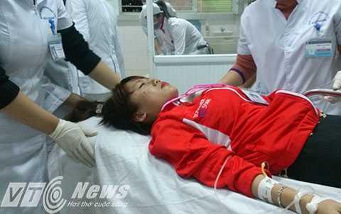 Cuối giờ chiều ngày 28/12 vẫn còn một số công nhân chuyển từ bệnh viện tuyến dưới lên Bệnh viện Hữu nghị Việt Tiệp Hải Phòng cấp cứu - Ảnh MK
