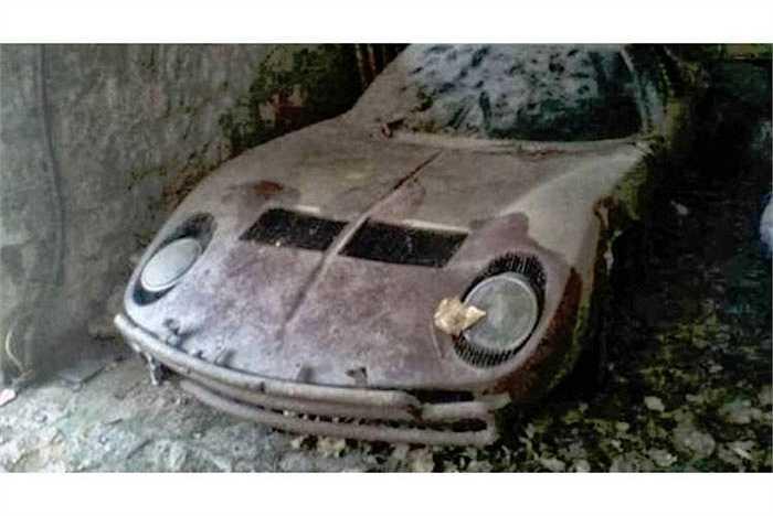 Lamborghini Miura 'chờ chết' trong gara đổ nát.