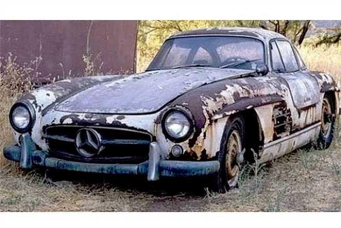 Ngay cả mẫu siêu xe cổ huyền thoại Mercedes 300 SL cũng bị bỏ mặc theo thời gian, khiến thân xe đã bị rỉ nặng.