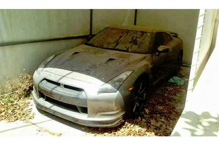 Những siêu xe mới hơn như Nissan GT-R cũng bị chủ nhân lãng quên.