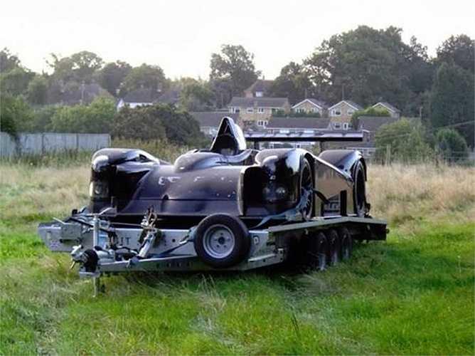 Xe đua LeMans của Lister bị bỏ lại trên cánh đồng hoang.