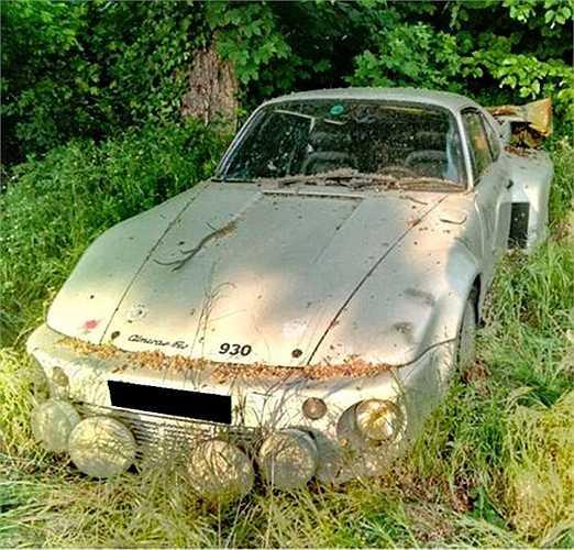 Mẫu xe đua Porsche 930 Turbo từng 'thống trị' các đường đua trong thập niên 70-80 nay phải nằm 'chờ chết' trong bụi rậm.