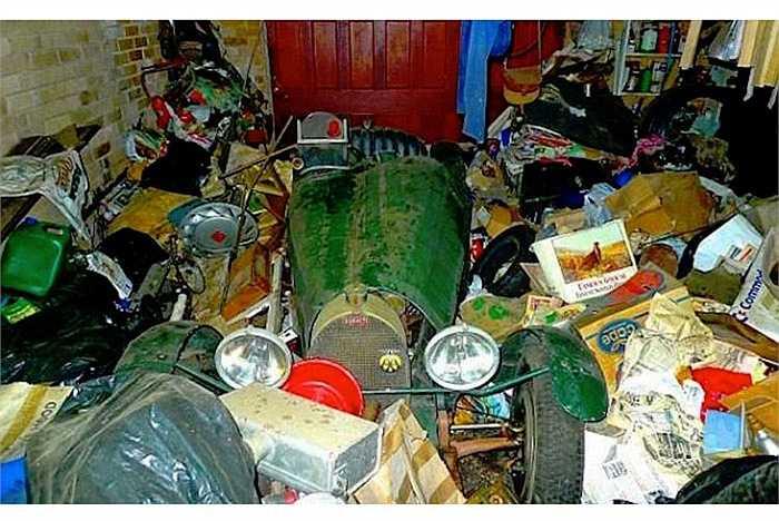 Xe đua Bugatti cổ siêu hiếm nằm giữa một đống rác trong một nhà kho cũ.