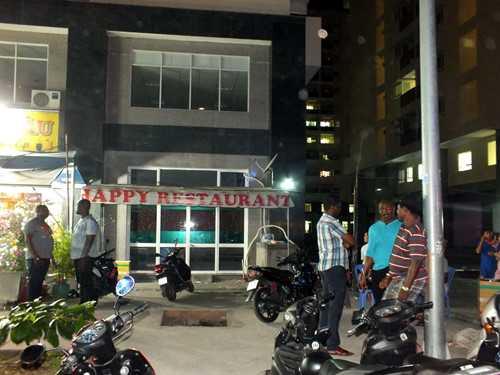 Những người châu Phi đang tụ tập trước cửa một nhà hàng của họ