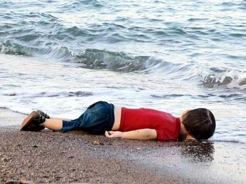 Hình ảnh chấn động thế giới - Aylan Kurdi - bé trai 3 tuổi người Syria tị nạn chết đuối trên một bờ biển ngoài khơi Thổ Nhĩ Kỳ