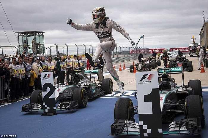Lewis Hamilton băng mình qua đầu xe ăn mừng chiến thắng ở giải Grand Prix Mỹ