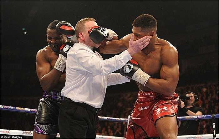 Trọng tài cố gắng tách 2 võ sĩ Anthony Joshua và Dillian Whyte. Hậu quả thế nào ai cũng thấy