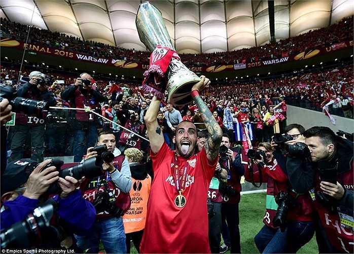 Aleix Vidal ăn mừng chức vô địch Europa League trong màu áo Sevilla.