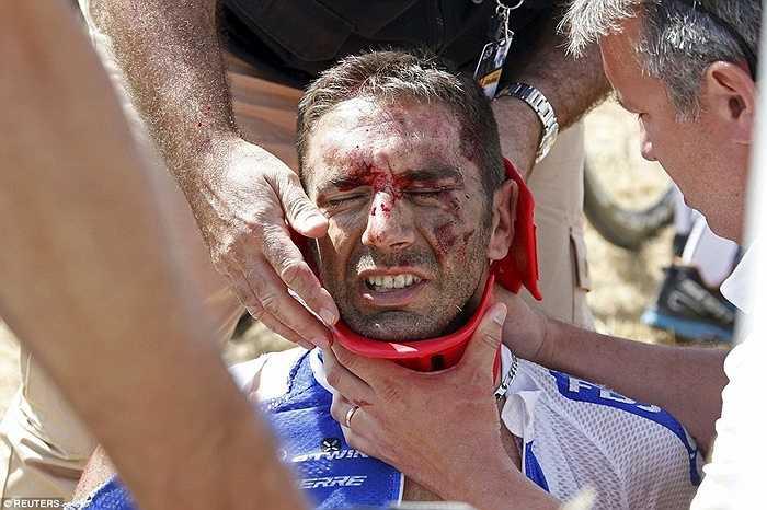 Tay đua William Bonnet bị chấn thương nặng vùng cổ sau cú va chạm liên hoàn ở Tour de France