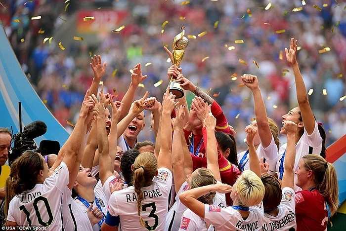 Các cô gái Mỹ ăn mừng chức VĐTG tại Vancouver, Canada sau chiến thắng thuyết phục trước Nhật Bản