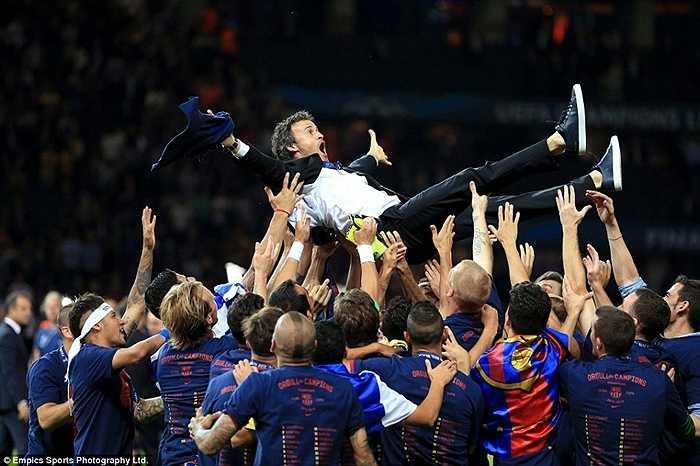 Luis Enrique được học trò công kênh sau khi đánh bại Juventus ở chung kết Champions League