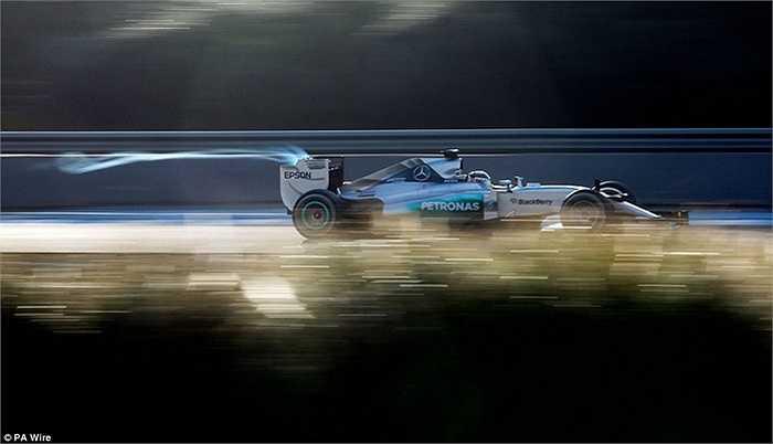 Lewis Hamilton trong buổi kiểm tra xe của hãng Mercedez tại Tây Ban Nha hồi tháng 2