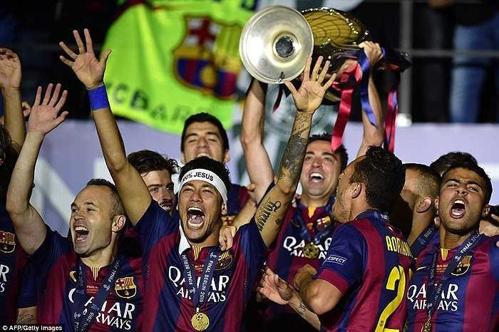 Neymar cùng các đồng đội ăn mừng chiếc cúp bạc Champions League tại Berlin