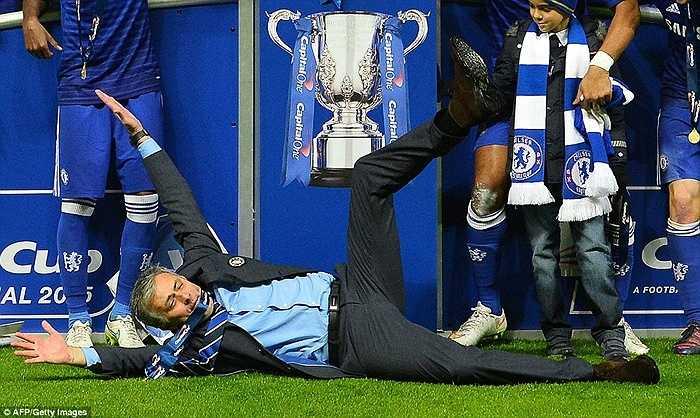 Mourinho ăn mừng chức vô địch Capital One Cup tại sân Wembley sau khi vượt qua Tottenham hồi tháng 3