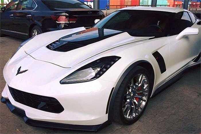 Dù Chevrolet Việt Nam có nhập về chiếc xe thể thao Corvette C7 Stingray mới nhất vào triển lãm VMS 2015 nhưng chiếc xe này hoàn toàn bị 'lu mờ' trước hai phiên bản thể thao Corvette Stingray được các nhà nhập khẩu tư nhân đưa về.