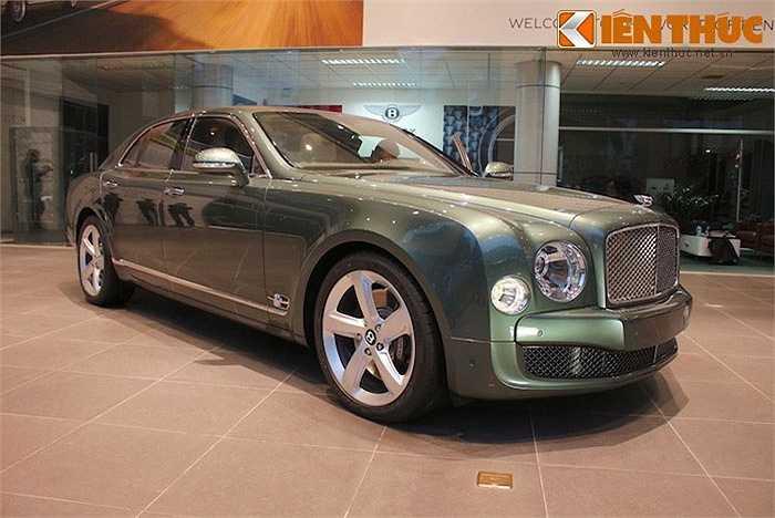 Chỉ trong tháng 12 này, một mẫu xe siêu sang khác là Bentley Mulsanne Speed cũng đã được nhập khẩu chính hãng về Việt Nam. Chiếc xe này thuộc sở hữu của một đại gia bí ẩn tên Thanh Long và có giá dự đoán lên tới 22 tỷ đồng.