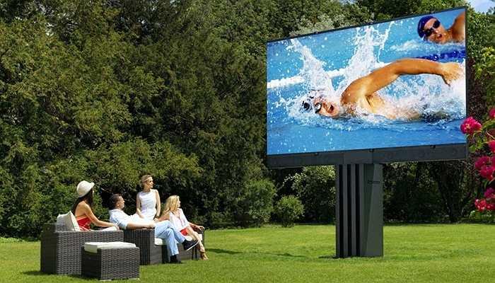 4. C Seed 201: 680 000 USD. Bạn đã bao giờ được xem TV ngoài trời? C Seed là trải nghiệm tuyệt vời cho bạn. Nó được thiết kế rộng 201 inch, độ sáng gấp 10 lần TV thông thường đảm bảo hình ảnh sắc nét ngay cả dưới ánh nắng mặt trời.