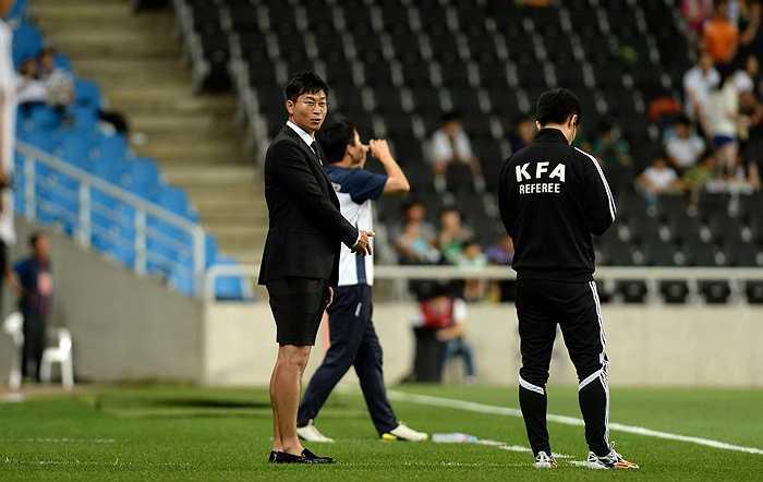 Có lẽ chỉ Kim Do Hoon - HLV trưởng của Incheon United mới dám thời thượng thế này trên sân đấu.