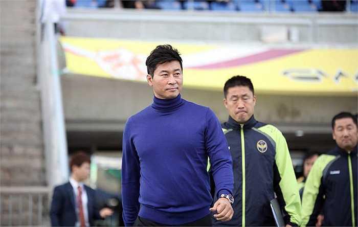 Kim Do Hoon từ lúc là cầu thủ cho tới khi là HLV đều mang vẻ của một tài tử điện ảnh xứ Hàn.