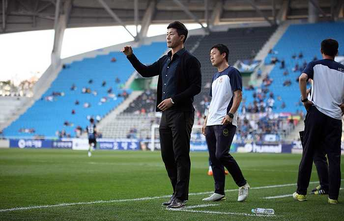 Sau đó ông chuyển về làm trợ lý HLV ở CLB Gangwon FC trong mùa bóng 2013.