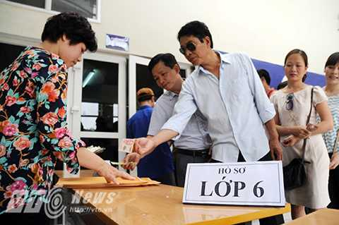 Phụ huynh xếp hàng mua hồ sơ dự tuyển vào cấp 2 trường Lương Thế Vinh