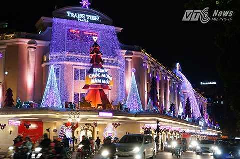 Trong những ngày này, trên các tuyến phố của Thủ đô được trang hoàng đèn hoa rực rỡ sắc màu chào đón năm mới.