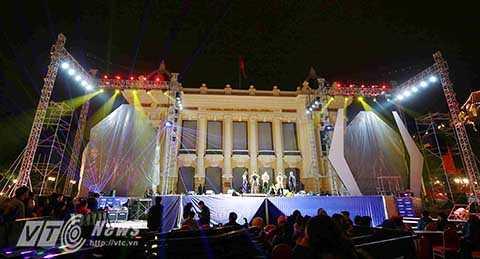 Mỗi tối, có tới hàng ngàn bạn trẻ dạo phố phường, tham quan chụp ảnh trong những ngày cuối cùng của năm cũ ở Hà Nội.