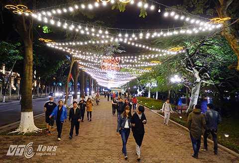 Hình ảnh con đường lung linh trong đêm càng thu hút nhiều khách tham quan.
