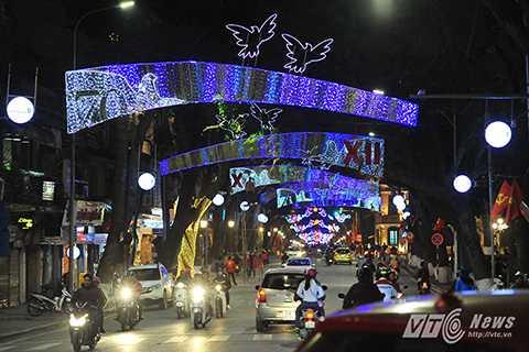 Khi phố lên đèn, tuyến đường Tràng Tiền - Hàng Khay – Tràng Thi như bừng sáng.