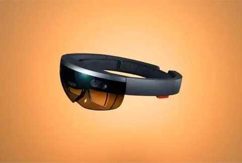 Kính thực tế ảo Hololens. Đây là một sản phẩm công nghệ cao của Microsoft. Sở hữu chiếc kính này, NASA có thể mô phỏng địa hình trên sao Hỏa và sinh viên y khoa có thể thoải mái mổ xẻ một cơ thể ảo để nghiên cứu. Bên cạnh đó, còn rất nhiều ứng dụng tuyệt vời của Hololens đang được khám phá.