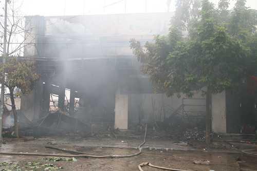 Sau đám cháy, các ki-ốt, gian hàng bị thiêu rụi - Ảnh: Văn Đông