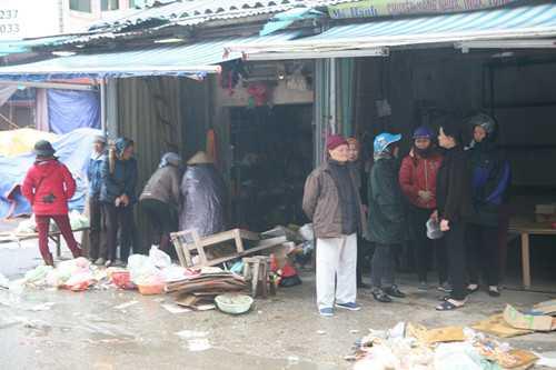 Người dân và tiểu thương trong chợ Phủ Lý vẫn ngỡ ngàng vì vụ cháy - Ảnh: Văn Đông