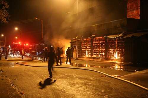 Ngọn lửa lan từ một cửa hàng vàng mã ra các khu vực lân cận - Ảnh: Văn Đông