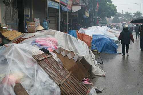 Hàng hóa được cứu thoát khỏi vụ cháy chợ rạng sáng ngày 31.12 - Ảnh: Văn Đông