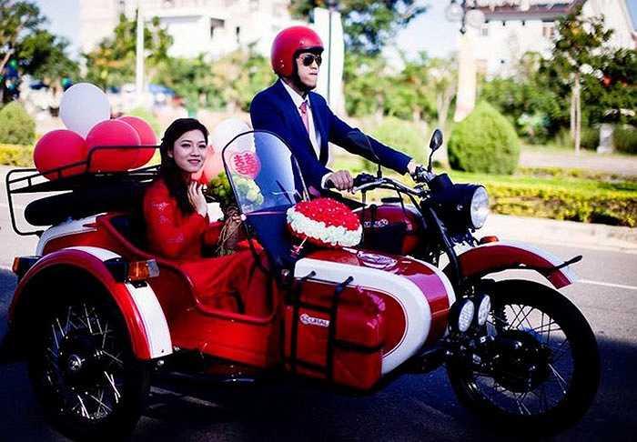 Thay vì ngồi sau những chiếc xe xa hoa như các đám cưới khác, chú rể đã trực tiếp điều khiển một chiếc Ural với màu sơn đỏ trắng đặc biệt khá hợp không khí Giáng Sinh cách đó 2 ngày.