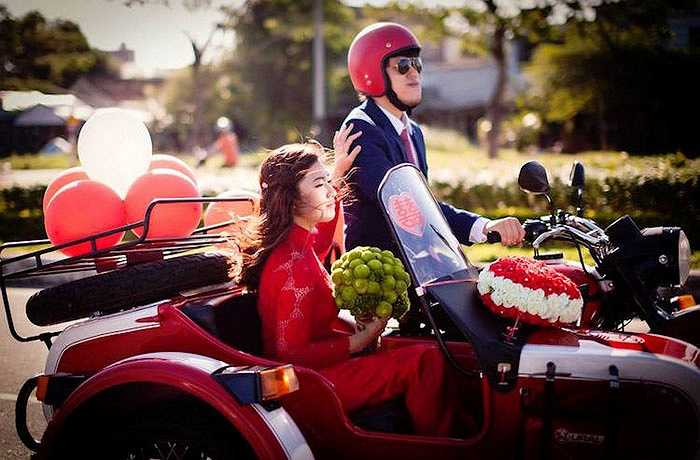 Chiếc áo dài của cô dâu cũng có màu đỏ tượng trưng cho sự may mắn và 'ton-sur-ton' với chiếc xe.