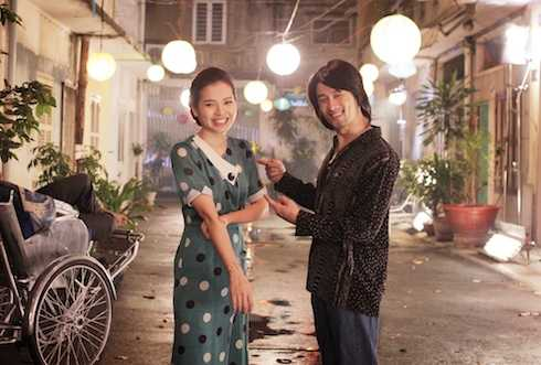 Jolie Phương Trinh và Johnny Trí Nguyễn hẹn hò trong phim.