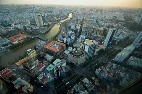 Bên phải là đường Hàm Nghi và bên trái Võ Văn Kiệt chạy dọc theo kênh Tàu Hủ.