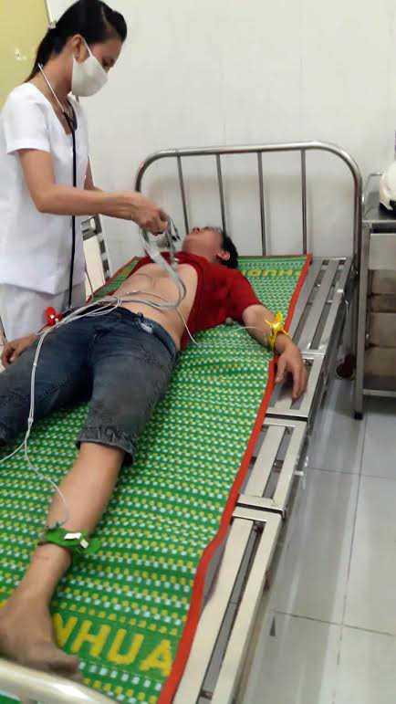 Người dân ngất xỉu do hít phải khí lạ đang được cấp cứu tại Bệnh viện đa khoa TX Bình Minh