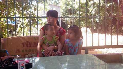 Chị Lưu Kim Hạnh và hai con nhỏ bị nôn ói và ngất xỉu do hít phải khí lạ