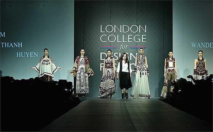 Nhà thiết kế trẻ Phạm Thanh Huyền bên các người mẫu trong đêm trình diễn trang phục tốt nghiệp